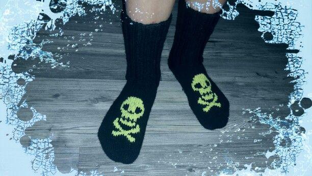 Rouheet sukat, pääkallo Novitan ohjeella.