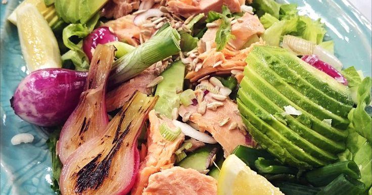 Snabblagad sallad med varmrökt lax, avokado, färsk lök och rostade solroskärnor. Toppa med gräddfilsdressing och servera!