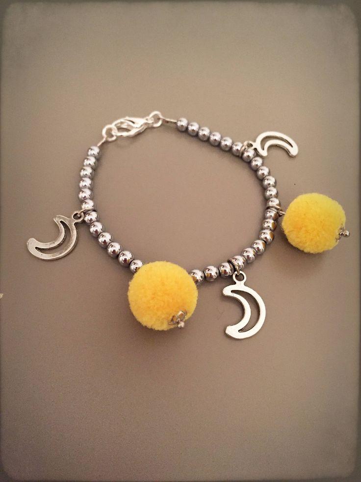 Bracciale argentato, Bracciale argentato con ciondolo luna, bracciale con ciondoli e pom pom gialli, bracciale boho chic con charms di LesJoliesDePanPan su Etsy
