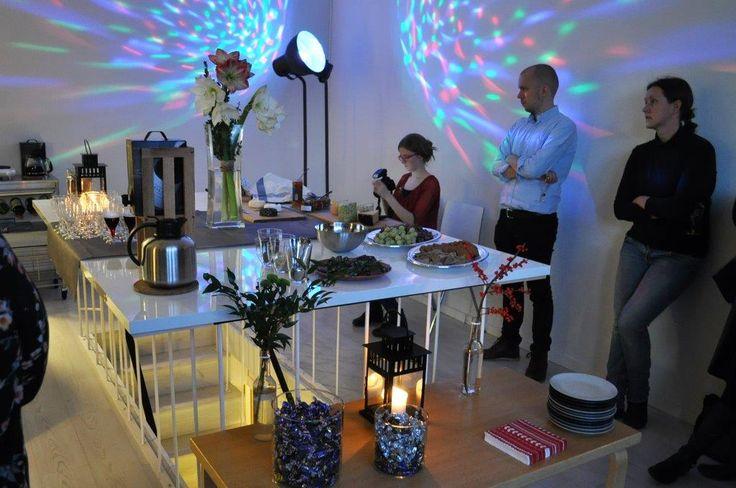 Muutosmuotoilijat odottavat Ubiikissa Uudenmaan ELY-keskuksen Taina Riikosta marraskuussa 2014.