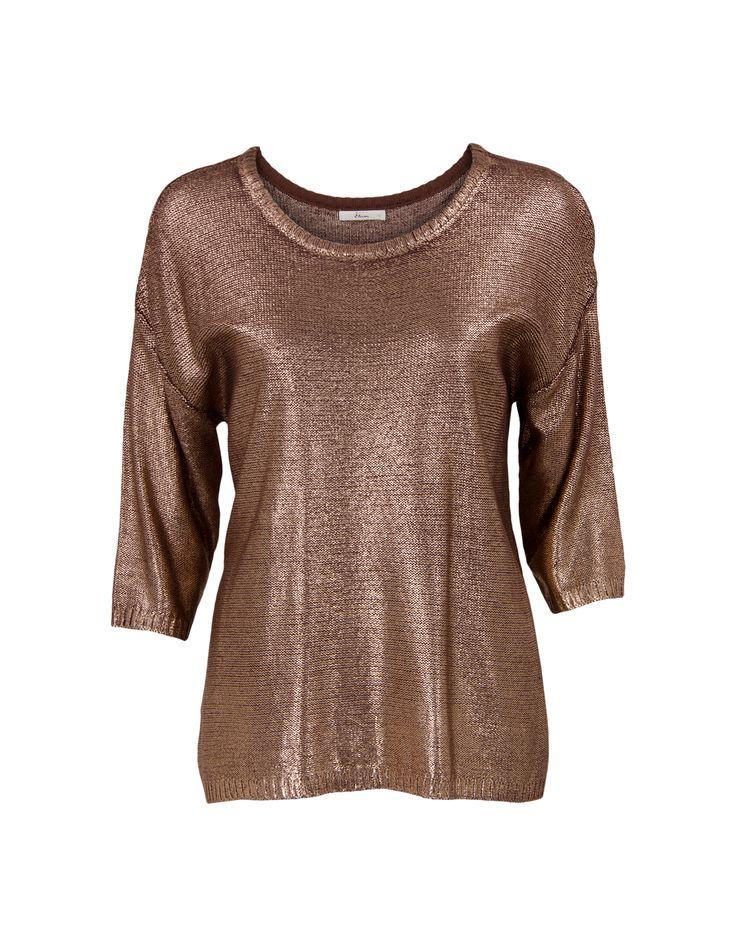 Bruine shiny trui met driekwart mouwen en een ronde hals. Losvallende trui gemaakt van een soepele, gebreide stof met glimmende coating. Heuplengte.<em>Dit artikel behoort tot de Etam Regulier collectie.</em>