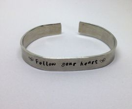 Tekst cuff armband  Quote Follow your heart Pronkjewail maakt persoonlijke en bijzondere sieraden die speciaal voor jou zijn gemaakt. Leuk om te geven als cadeautje of gewoon als cadeautje voor jezelf.  Laat je persoonlijke sieraad maken met een leuke tekst, spreuk, wens, initialen, naam of bijvoorbeeld een belangrijke datum.