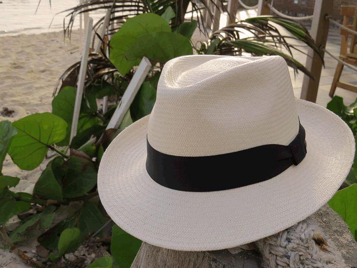 IBIZA sombrero elaborado en Paja Toquilla, tejido totalmente a mano. Excelente balance entre lo elegante y lo casual.