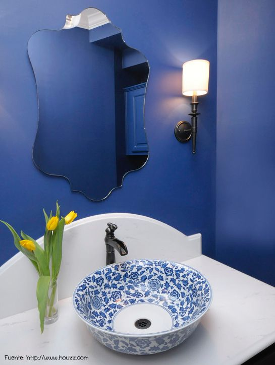 Azul y blanco para un toilette con toques sofisticados.