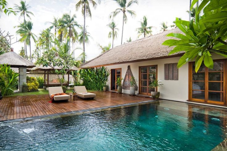 """O que chama atenção no <a href=""""http://www.belmond.com/pt-br/jimbaran-puri-bali/"""">Hotel Belmond Jimbaran Puri</a> é a piscina que fica literalmente na porta dos quartos."""