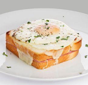 Sándwich Croque Madame - Receta típica de Francia que se basa básicamente en pan de molde, jamón york, queso gruyere, huevo (éste lo lleva pero existe también la Croque Monsieur -Croque Madame tan sólo es una variante- que es idéntica pero sin huevo) y sobretodo mucha salsa bechamel (también existe la variante más ligera de ambas Croque que no lleva bechamel sinó que se hace una salsa similar más ligera). Para darle esa crujidez se cocina únicamente en el horno. Es divertido como se untan…