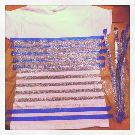 Décorer un tee-shirt blanc avec des paillettes. Utiliser la colle textile et les paillettes Mystyle de Rayher. / Easy DIY: How to Make A Glitter Striped Tee by The Budget Babe