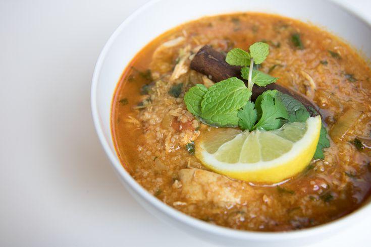 Ihr habt es schon häufig angefragt und hier ist es nun endlich – das Rezept für Marokkanische Hühnersuppe mit Couscous! Was ihr braucht: 300g Hühnerbrust (wer mag kann natürlich auch ein Supp…
