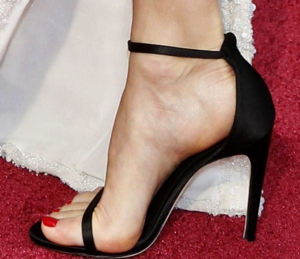 Naomi Watts's feet in black heels