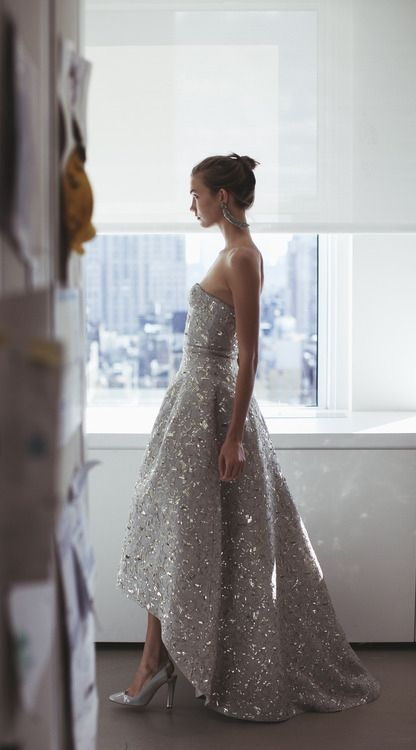 I've pinned this already, but it is even more beautiful in this view... Oscar+de+la+Renta+silver+sparkly+high-low+gown+via+tumblr.jpg 416×750 pixels