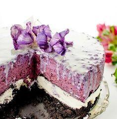 Kremowy śmietankowy jagodowy tort sernik na zimno z Oreo