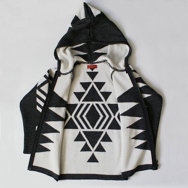 Изнанка ацтекской вязаной кофты не менее эффектна, чем лицо! Кофта двойная, благодаря чему теплая невероятно Размеры 98-104, 110-116 Цена 3499 руб. Viber/What'sApp +79198093784 #minima_lis #aztec #ацтеки #детскийбренд #стильнаяодеждадлядетей #aztecprint