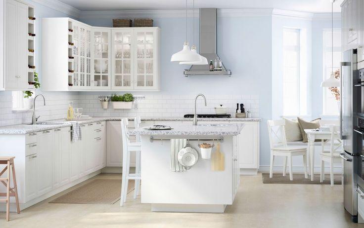 Grande cuisine blanche avec quantité de tiroirs et d'armoires murales et un îlot de cuisine. http://www.m-habitat.fr/par-pieces/cuisine/quelles-couleurs-pour-ma-cuisine-2603_A