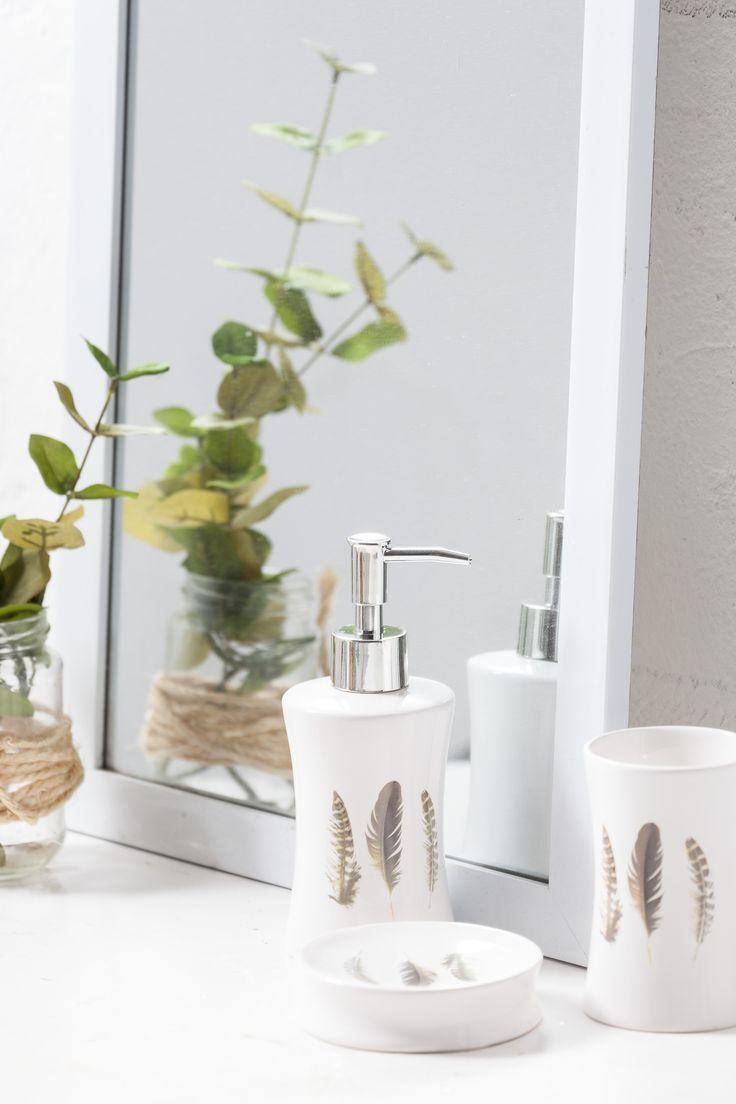 Decorar el baño con accesorios de cerámica es un recurso para darle un aire elegante y delicado. Esta colección es de muy mucho. #muymucho #baño #decoración #cerámica #print #pluma #home #deco #casa #blanco