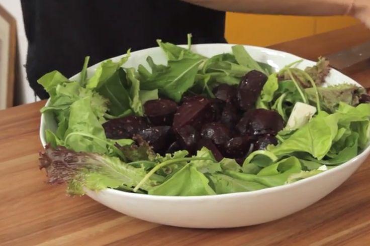 Essa receita deliciosa do Marinando é super saudável para uma refeição em casa: beterrabas assadas com queijo de cabra e amêndoas agridoce.