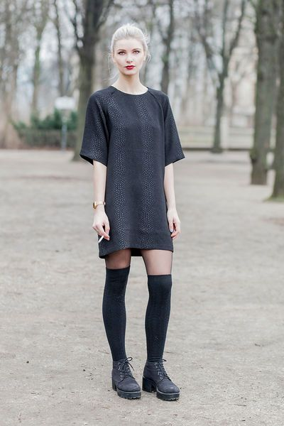 Dr. Martens, schwarze oder rote Overknees und ein schwarzes Kleid, sehr coole Kombination.