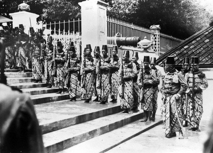COLLECTIE TROPENMUSEUM 'Het veertig-jarig regeringsjubileum van Soesoehoenan Pakoe Boewono X van Surakarta de erewacht na voorlezing van het besluit van H.M. de vorst het Grootkruis der Nederlandse Leeuw toe te kennen'