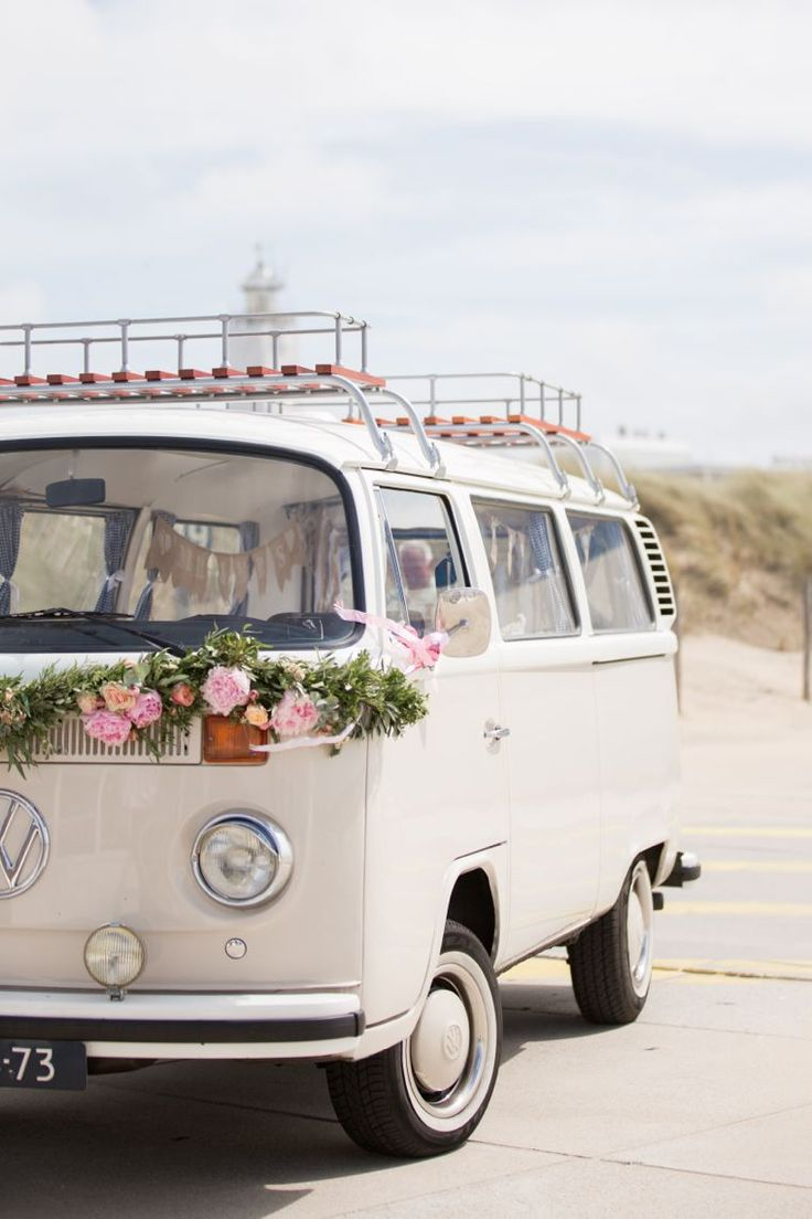 Sandy, zandkleurige Volkswagenbus. Foto door: Beautifull wedding.