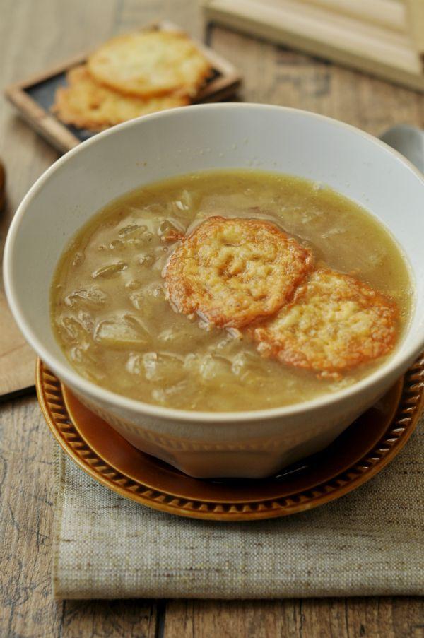 Francia hagymaleves Nincs ősz és tél hagymaleves nélkül! Egy újabb klasszikus recept. Viszonylag egyszerű és olcsó, mégis nagyon finom és elegáns fogás lehet, különösen, ha sajtchips-szel tálaljuk.