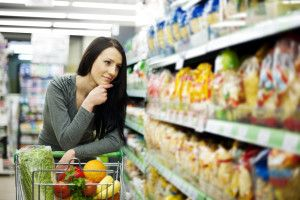 FORMA SAUDÁVEL DE IR ÀS COMPRAS: 8 DICAS IMPORTANTES. Cada parte do supermercado, do estacionamento às prateleiras, é projetada para fazer você gastar mais e comprar mais comida do que você realmente precisa. Fatores como visão, audição e olfato são alguns dos fatores estratégicos utilizados por eles. Isto significa que como consumidores, temos que aprender maneiras de autodefesa, para evitar cair nestas armadilhas que podem nos impedir de fazer escolhas mais saudáveis.