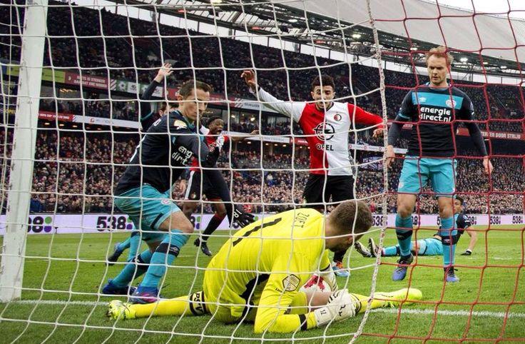 PSV-doelman Jeroen Zoet stop de bal voor de lijn, maar haalt de bal daarna naar zich toe. Arbiter Bas Nijhuis ziet dan dat de doellijntechnologie een doelpunt toekent. 2017-02-26
