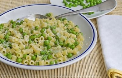 """Questa è una ricetta è quello che io chiamo """"un piatto per tutte le stagioni"""". Mi ricordo quando lo faceva la mia nonna. Pasta e piselli è davvero veloce da preparare e, statene certi, piacerà a tutti, grandi e piccoli."""