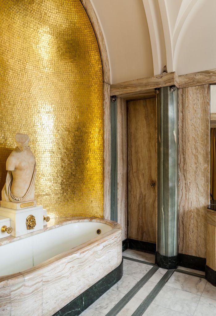 Un Palais Art Déco dans la campagne anglaise Eltham Palace près de Londres. Ici la salle de bains.