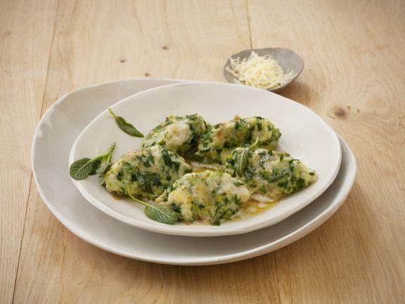 Südtiroler Spinatnocken mit Salbeibutter ist ein Rezept mit frischen Zutaten aus der Kategorie Blattgemüse. Probieren Sie dieses und weitere Rezepte von EAT SMARTER!