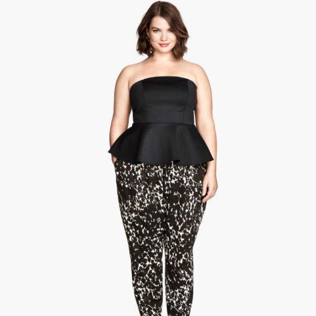 Mannequin grande taille Tara Lynn portant un haut noir et un pantalon imprimé hm