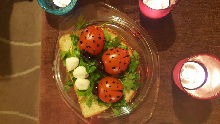 Ladybugs hem kahvaltı sofrasında hem de diğer yemek keyiflerinde çok kolayca hazirlayabileceğiniz gerçekten çok sevimli uğur böcekleri. İhtiyacınız olan şeyler domates, burnu icin zeytin ve üstü için çörek otu
