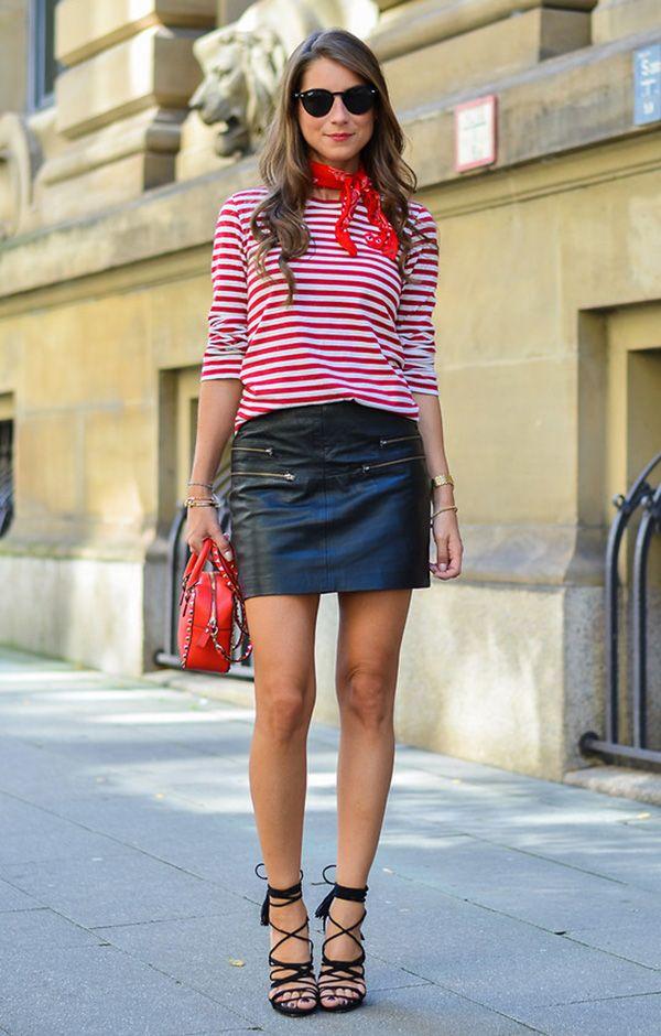 Street style look com blusa listrada, saia couro e sandália transpassada.