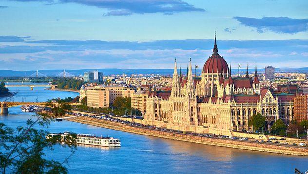 Budapest, la Perla del Danubio, es una de las ciudades más bellas e idílicas de Europa. Separada en dos partes, sus orillas se conectan a través de los enormes puentes que sobrevuelan el río Danubio. Buda, es la zona montañosa del oeste y Pest, el núcleo financiero, moderno y comercial de la ciudad. Otro distrito importante es la Colina del Castillo, la zona más antigua y la que contiene el mayor número de lugares de interés turístico…