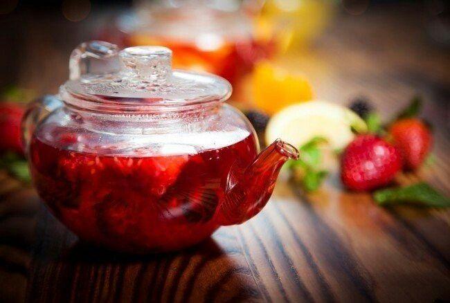 Согревающий чай  Ингредиенты:  60 г корня имбиря (или 30 мл сока из имбиря) по 1 дольке лимона и апельсина 40 мл меда 400 мл кипятка  Приготовление:  Имбирь нарезать тонкими дольками. Соединить все ингредиенты, довести до кипения в кастрюле. Перелить в чайник. Настаивать 2 минуты.