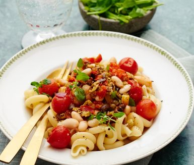 En underbart smarrig medelhavsinspirerad pastarätt med lena canellinibönor, paprika, små röda körsbärstomater och en umamirik tapenade gjord på oliver och kapris som både tillför sälta och smak. Garnera med små oreganoblad och servera med en krispig sallad på rucola och sockerärtor. Smaklig spis!