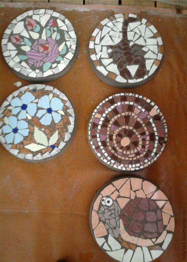 Захотелось на даче не скучных бетонных дорожек, а красивых забавных, цветных. Решила набирать мозаичный рисунок из разноцветного кафеля. Самое трудное было купить разноцветный бой кафельной плитки. Покажу как я набираю, фиксирую мозаичный рисунок и отливаю плитки. Запаслась формами, это пластмассовые тазы , и маленькие квадратные формочки для остатков раствора.…
