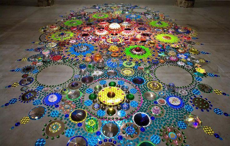 La artista Suzan Drummen crea instalaciones que brillan por sí solas con el uso de espejos, cristales, metales cromados, vidrios y piedras ...