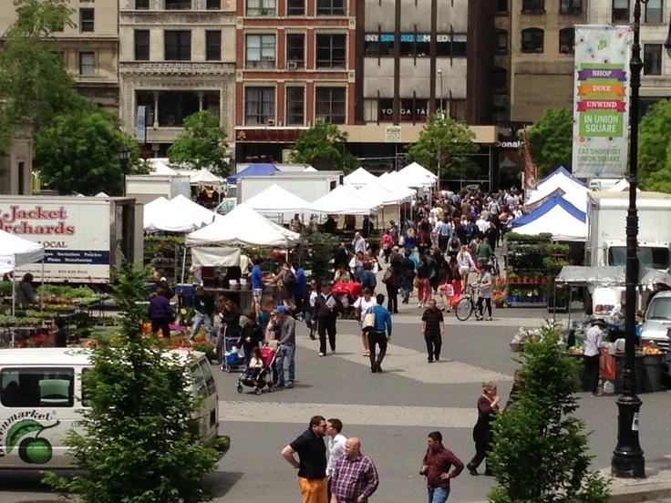 한국은 벌써 한여름 날씨라고 하던데..뉴욕 맨하탄은 아직도 싱그러운 봄 날씨가 자꾸만 걷고 싶게 만듭답니다. 그래서 오늘은 뉴욕필름아카데미 유니온 스퀘어 캠퍼스 앞 광장에서 매주 월, 수, 금, 토에 열리는 파머스 마켓(Farmers Market)에 다녀왔습니다. 저와 함께 둘러 보시죠....ㅎ  http://cafe.naver.com/nyfa/549