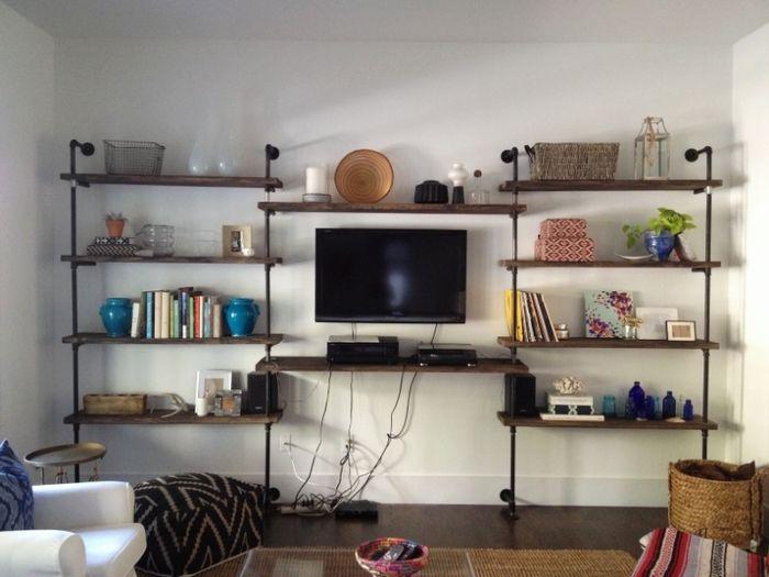 シンプルな作りのユニット家具で壁面全体を飾るのも一案です。重厚になりがちなテレビボードですが、これならとても軽快な雰囲気になります。