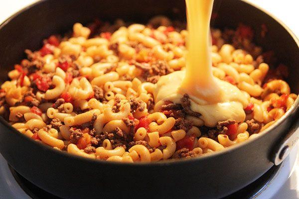 Cheeseburger Macaroni ••• Ingredients: lean hamburger meat, taco seasoning, Rotel tomatoes and green chilies, beef broth, elbow macaroni, butter, flour, milk, shredded cheddar cheese, salt, pepper ••• Get the recipe @ http://www.kevinandamanda.com/recipes/dinner/cheeseburger-macaroni.html
