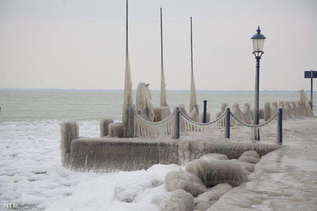 Jég fogságában a balatongyöröki móló