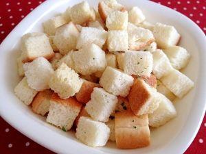 「作り置き(冷凍保存OK)☆ノンフライのクルトン」硬くなって\(^▽^)/ほったらかしの食パンで、ノンオイルのヘルシー・クルトン!サラダやスープなどに少量欲しい時にとっても便利です。【楽天レシピ】