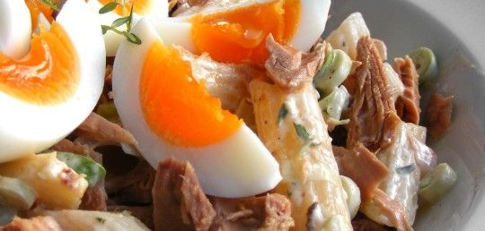 Těstovinový salát s tuňákem a vařeným vejcem