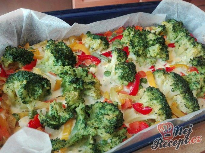 Zapečená brokolice se zeleninou a vajíčkem