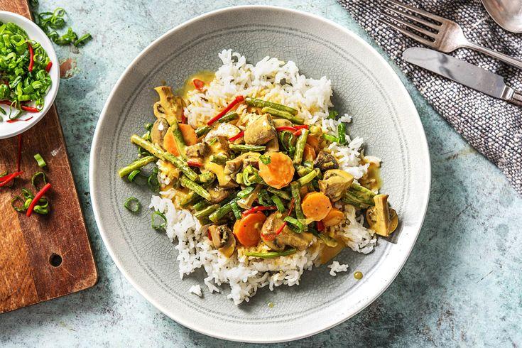 Buntes Kokos-Gemüse-Curry mit Bohnen, Chili und Champignons auf Jasminreis