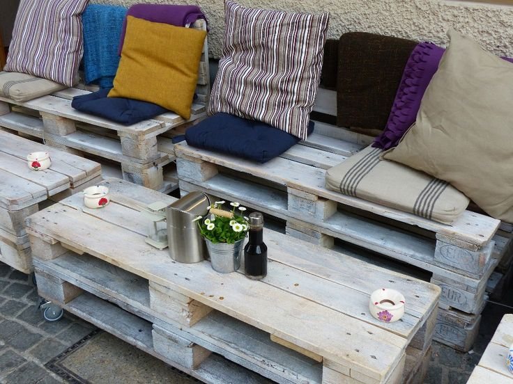 by stacking wooden pallets you can easily creating a sitting area in your garden - Garden Ideas Using Wooden Pallets