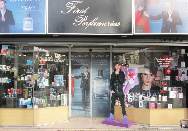 Justin Bieber también está dando vueltas por Avenida Córdoba, en Perfumerías First!! Avenida Córdoba 1650...Vayan a visitarlo!!