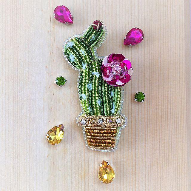 Колючий тренд  В результате прошлогоднего трендскаутинга кактусы стали всеобщими любимцами во всем! ❤️И в интерьере, в одежде, в текстиле, аксессуарах. И мода на ЭКО-стиль ещё только набирает обороты. Изображение этого колючего представителя тропической флоры актуально по сей день☝ 8х5,3см Японский бисер, канитель, трунцал, пайетки, кристаллы, стеклянные бусины, колючки сделаны из синели) ❌ПРОДАН❌ #брошькактус #тренд2017 #украшениеизбисера #вышивкабисером #brooch #брошьизбисера #em...