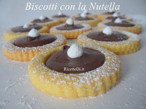 Questi biscotti con la Nutella sono fatti con una base di pasta frolla molto leggera, friabile e delicata, cotta a parte e farcita a freddo con la Nutella