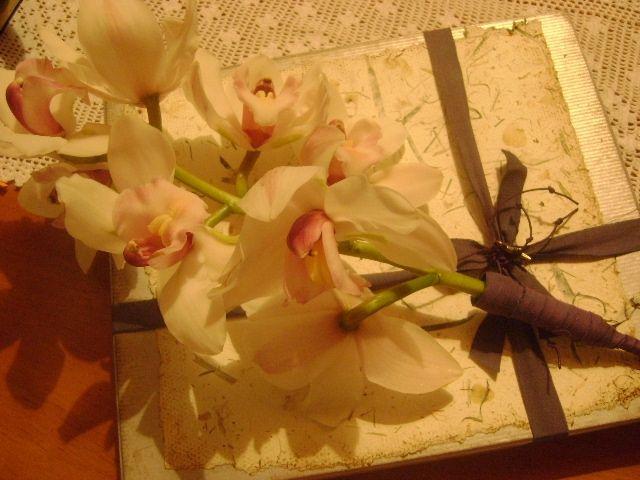 Tarjetas de condolencia presentadas en caja decorativa y bouquet de orquídeas para instituciones, empresas, fundaciones que buscan diferenciación.  Diseños Marta Correa  Blog: disenosmartacorrea.blogspot.com  Cel: 321 643 63 84