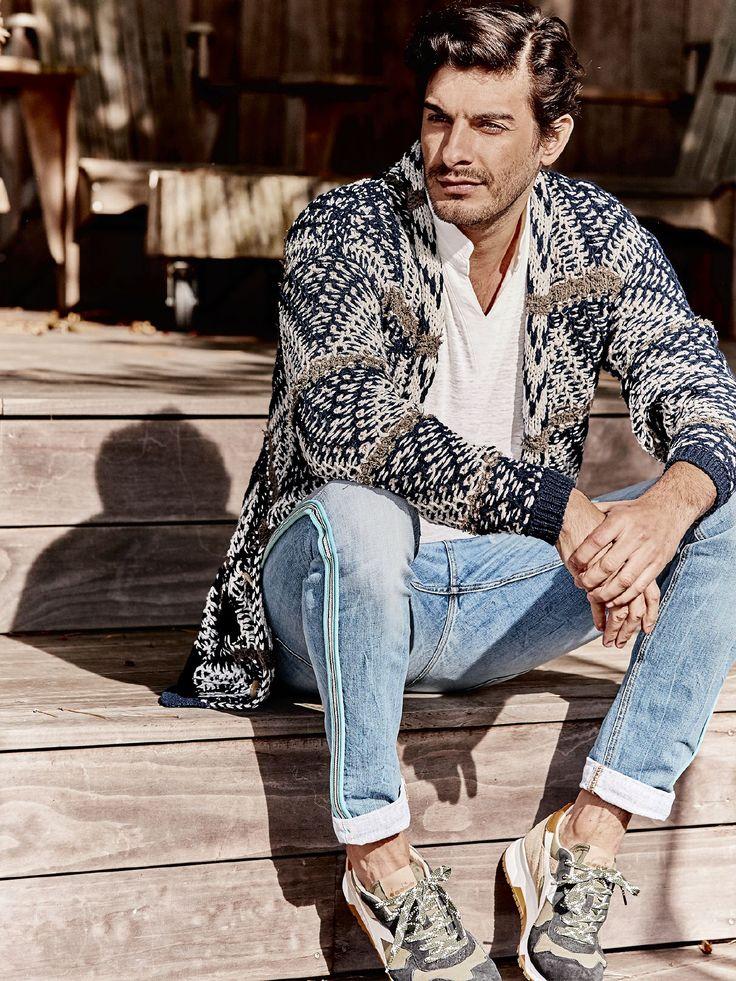 Barb one Jeans Sly  Salto mortale im Hosenschrank: Das neue Label Barbone von Lucky de Luca staffiert seine Jeans mit Temperament, Farbe und stylischen Schnitten aus. Auffälligstes Erkennungszeichen der Marke ist die nach außen gestülpte Naht mit dem aufgenähten farbigen Band. Der echte Selvage-Denim, 11 Unzen schwer und in Italien gewebt, macht diese sportiv-spritzige Jeans zu einer ganz besonderen. Helle Waschung mit leichten Destroyed-Effekten (alle von Hand gemacht) und dazu…